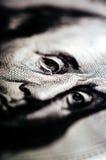 Makrofotografi ett slut upp, detalj av räkningen för dollar 100 Arkivfoton