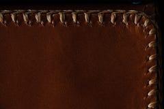 Makrofragment einer Ledertasche oder des Geldbeutels Handgemacht, Beschaffenheitshintergrund lizenzfreies stockbild