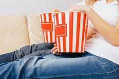 Makrohänder rymmer popcorn, enkel atmosfär royaltyfri fotografi