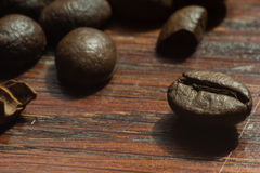 Makrokaffebönor på den wood väggen royaltyfri fotografi