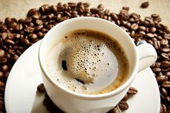 Makrokaffee mit Schaum am Frühstück auf Gewebeleinen Stockbild