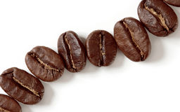 Makrokaffeebohnen getrennt auf Weiß Stockbilder