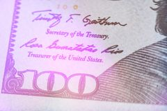 Makrolicht, das nah oben von Ben Franklin-` s Gesicht auf dem Dollarschein US 100 tont Lizenzfreie Stockfotografie