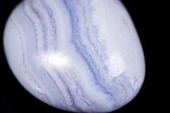 Makromineralblauer Steinachat auf schwarzem Hintergrund Lizenzfreies Stockfoto