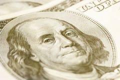 Makronärbild av Benjamin Franklin & x27; s-framsida på dollarräkningen för USA $100 tonat Royaltyfri Foto