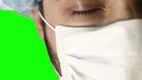 Makronärbild av det mänskliga ögat En man i en medicinskt maskering och lock lager videofilmer