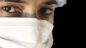 Makronärbild av det mänskliga ögat En man i en medicinskt maskering och lock upptagen kirurgi stock video