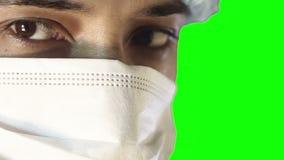 Makronärbild av det mänskliga ögat En man i en medicinskt maskering och lock upptagen kirurgi arkivfilmer