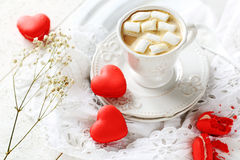 Makron i formen av hjärta och kaffe med marshmallowen Royaltyfria Foton