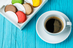 Makron med koppen kaffe arkivfoto