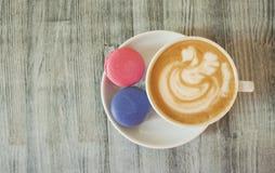 Makron och kopp kaffe arkivbild