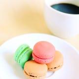 Makron och kopp kaffe med retro filtereffekt Royaltyfria Foton