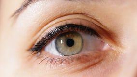Makronahaufnahme der Augenöffnung der Frauen stock footage
