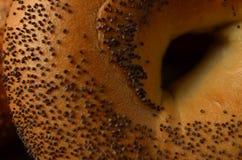 Makronahaufnahme der Mitte des Mohnbagels lizenzfreies stockfoto