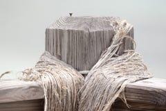 Makronahaufnahme des Bretterzauns Post mit Seil Stockbilder