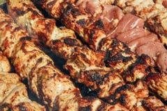 Makronahaufnahme gegrillter Grill BBQ auf Feuer, frisches saftiges Fleisch gebraten und geschmackvoll, Nichtvegetarierkonzept, ge lizenzfreies stockbild