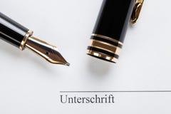 Makronahaufnahmezeichendokumentenvertrags-Stiftfüller Stockbilder