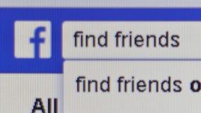 Makronahe hohe Pixel-Niveauansicht eines Facebook-Benutzers, der im Wörter ` Entdeckungs-Freunde ` in der Facebook-Suchstange sch stock video footage