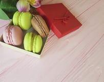 Makrone Frankreich auf rosa hölzernem, Alstroemeriablume, packen romantisches ein Stockfoto