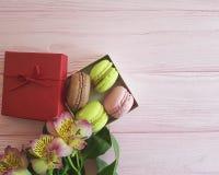 Makrone Frankreich auf rosa hölzernem, Meringe Alstroemeriablume, packen romantisches ein Lizenzfreie Stockfotografie