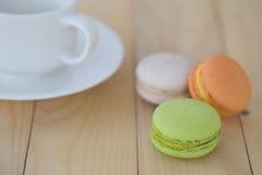 Makrone, Macaron mit Schale auf hölzernem Hintergrund Stockbild