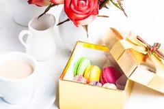 Makronen in der Geschenkbox Stockfotografie