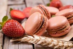 Makronen mit Erdbeeren Lizenzfreies Stockfoto