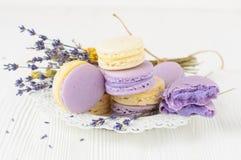 Makronen mit und Blumenstrauß von Lavendelblumen Lizenzfreie Stockfotografie