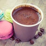 Makronen und Espressokaffee auf alter hölzerner rustikaler Tabelle Stockfotos