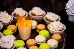 Makronen und Muffins lizenzfreie stockbilder