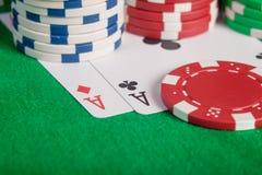Makroparet gör ett ess på och bunten för pokerchiper på tabellen Royaltyfria Foton