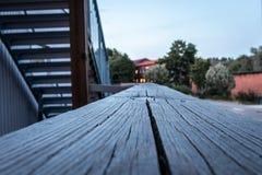 Makroperspektivsikt av den wood räcket på byggnad utomhus fotografering för bildbyråer