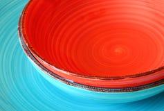 Makrophotographie von roten und blauen keramischen Platten. Grafikdesignkonzept. anredendes Hauptkonzept. selektiver Fokus. Stockbild