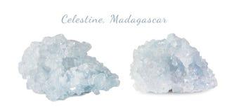 Makroschießen des natürlichen Edelsteins Das rohe Mineral ist Celestine, Madagaskar Getrennte Nachricht auf einem weißen Hintergr Stockbilder