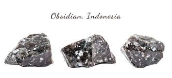 Makroschießen des natürlichen Edelsteins Das rohe Mineral ist Obsidian, Indonesien Getrennte Nachricht auf einem weißen Hintergru Lizenzfreie Stockfotos