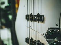 Makroschuß der E-Bass-Gitarre mit vier Schnüren Stockfotografie