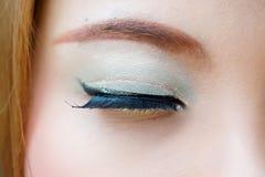 Makroschuß des geschlossenen weiblichen Auges mit buntem bilden Lizenzfreies Stockfoto