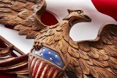 Makroschuß des geschnitzten amerikanischen eage auf Markierungsfahne Lizenzfreie Stockfotos