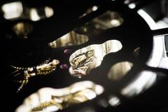 Makroschuß des mechanischen Systems innerhalb einer Uhr stockfotografie