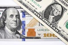 Makroschuß eines neuen 100 Dollarscheins und eines Dollars stock abbildung