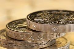 Makroschuß von den Münzen des britischen Pfunds prekär balanciert Stockfotografie