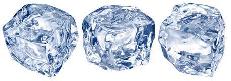 Makroschuß von drei Eiswürfeln Über Weiß stockbild