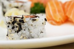 Makroschuß von uramaki Japanische Lebensmittel-Nahaufnahme stockbild