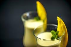 Makroschuß von zwei Gläsern Mango lassi lizenzfreies stockfoto