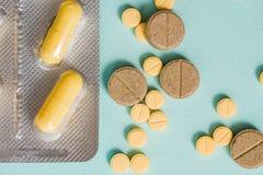 Makroschussdetail von gelben ovalen Tablettenpillen mit Blisterpackungen auf weißem Hintergrund mit Kopienraum Schmerzmittelmediz Stockfoto