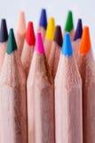 Makrosikt av färgpennor kulöra blyertspennor Kulöra blyertspennor på ljus bakgrund Arkivfoton