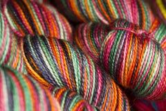 Makrosikt av flera färgrika härvor av garn arkivbild