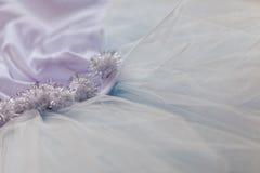 Makrosikt av sömnadklänningar Slut upp av tygingreppet för ballerinakjol Kjol för dans för barn` s Netto brölloptextil royaltyfri bild