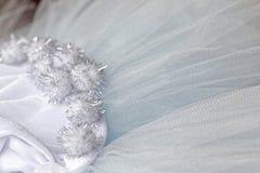 Makrosikt av sömnadklänningar Slut upp av tygingreppet för ballerinakjol Kjol för dans för barn` s Netto brölloptextil arkivbilder