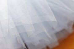Makrosikt av sömnadklänningar Slut upp av tygingreppet för ballerinakjol Kjol för dans för barn` s Netto brölloptextil arkivfoton
